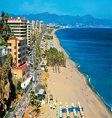 01ANRWZ0 - View along beach, Torremolinos, Costa del Sol, Andalucia, Spain, Mediterranean, Europe